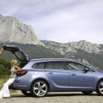 Opel_Astra_Sports-Tourer_2011_04