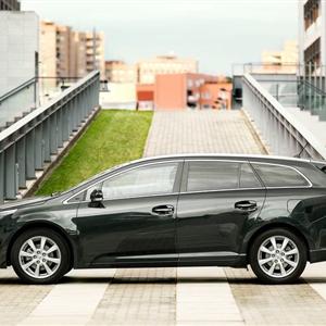 Toyota_Avensis_2012_05.jpg
